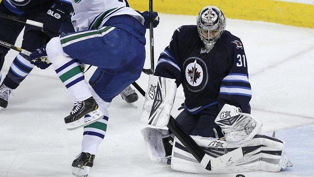 Brankář Winnipegu Ondřej Pavelec si připisuje zákrok v utkání s Vancouverem.