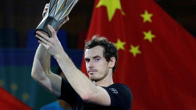 Andy Murray s trofejí pro vítěze turnaje v Šanghaji.