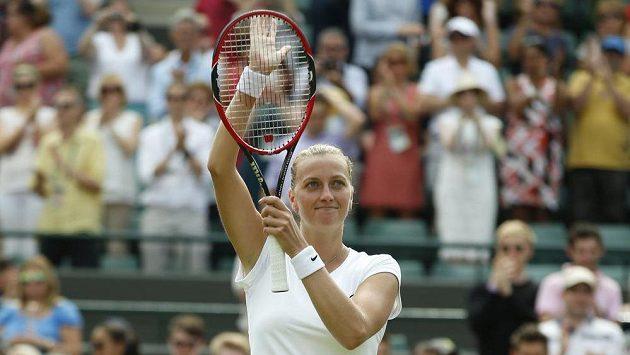 Petra Kvitová děkuje divákům za podporu v utkání s Kurumi Naraovou.