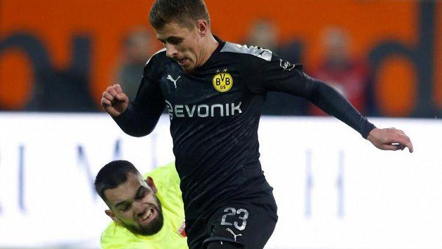 Thorgan Hazard z Borussie Dortmund obchází českého brankáře Augsburgu Tomáše Koubka. Ilustrační foto.