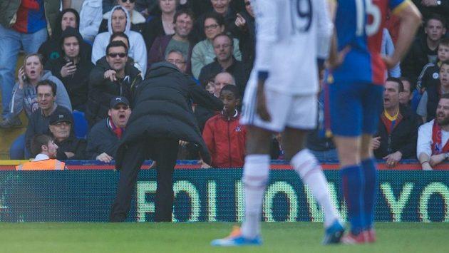 José Mourinho domlouvá podavači míčů.