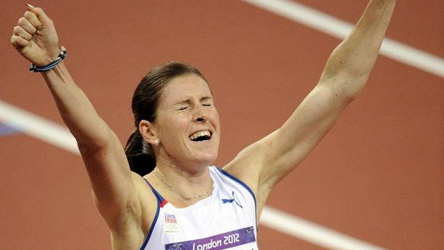 Radost Zuzany Hejnové po bronzovém finiši na 400 metrů překážek.