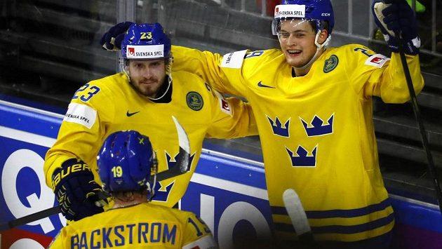 Hokejisté Švédska oslavují vstřelený gól v semifinále s Finskem.