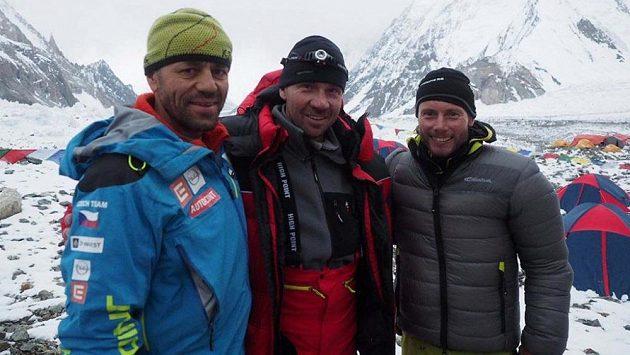 Trio z K2. Zleva Radek Jaroš, Petr Mašek a Jan Trávníček v základním táboře po aklimatizačním výstupu.
