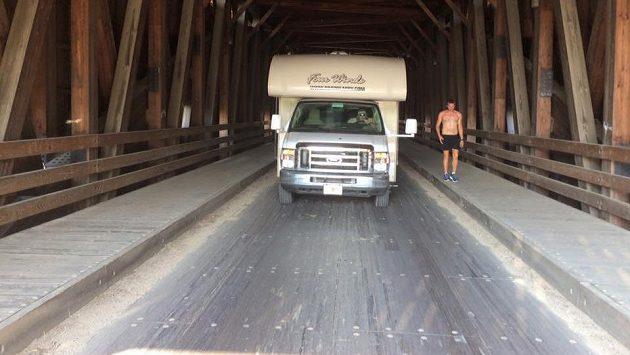 Robert Young se snaží přeběhnout Ameriku, téměř 5000 kilometrů za 46 dní. Údajně se měl vézt v autě místo běhu.