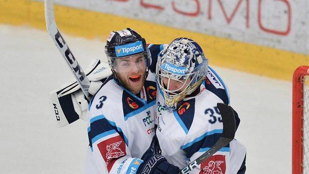 Liberecký obránce Adam Jánošík v objetí s gólmanem Romanem Willem.