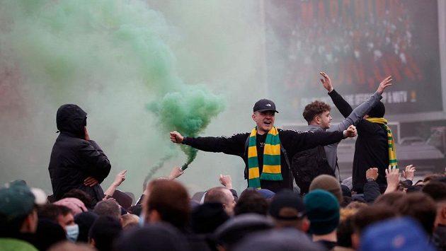 Fanoušci Manchesteru United protestující proti majitelům klubu.