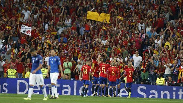 Španělští fotbalisté se radují z druhého gólu proti Itálii.