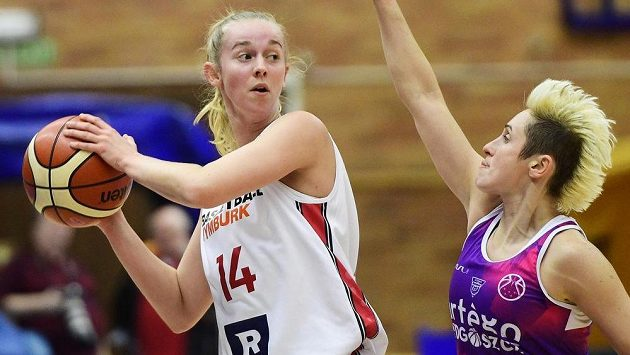 Zleva Eliška Mircová z Nymburka a Julie McBrideová z Bydhoště v 1. kole play off Evropského poháru FIBA.