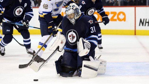 Brankář Winnipegu Ondřej Pavelec zasahuje v utkání se St. Louis.