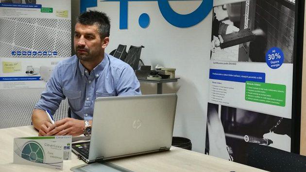 Petr Gabriel za svým pracovním stolem.