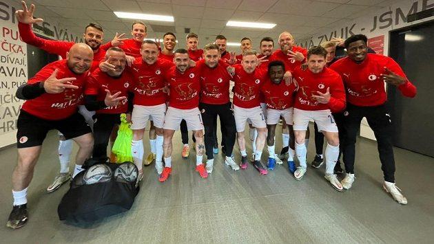 Fotbalisté Slavie se mohli do triček s nápisem Hattrick obléknout už před zápasem s Plzní. O jejich třetí mistrovské korunovaci v řadě se rozhodlo v Liberci.