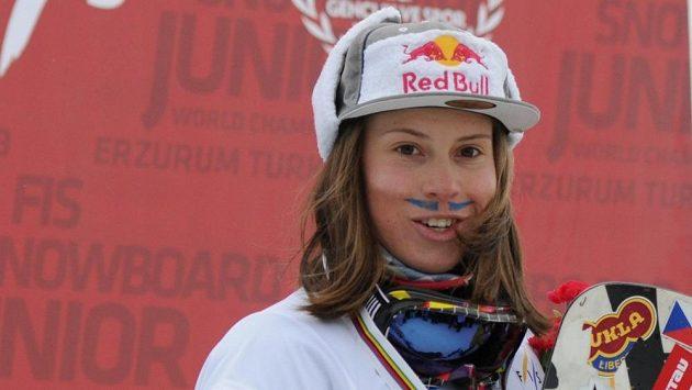 Eva Samková s obligátním namalovaným knírkem po třetím triumfu na juniorském mistrovství světa.