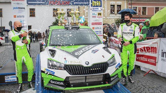 Vítězná posádka Jan Kopecký (vpravo) a Jan Hloušek s vozem Škoda Fabia Rally2 Evo.