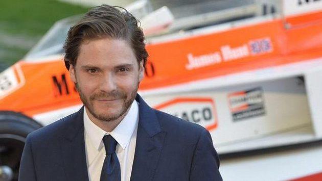 Herec Daniel Brühl se díky ztvárnění Nikiho Laudy ve filmu Rivalové dostal do zákulisí formule 1.