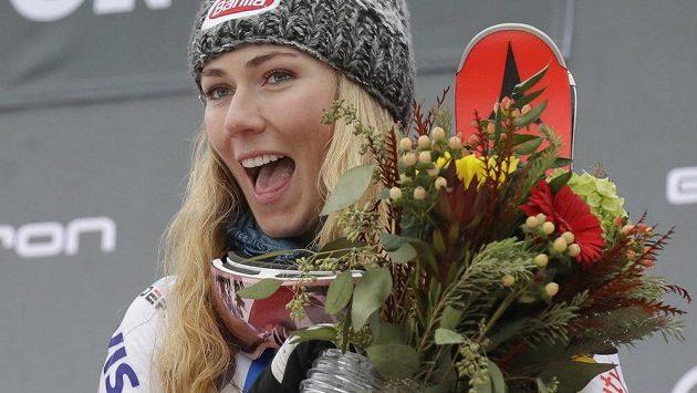 Mikaela Shiffrinová slaví triumf ve slalomu v Killingtonu.