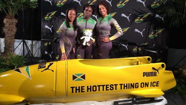 Jamajské bobistky pózují v nových kombinézách. Zleva Audra Segreeová, Carrie Russellová a Jazmine Fenlator-Victorianová.
