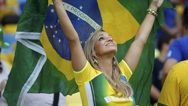 Fanynka s vlajkou Brazílie