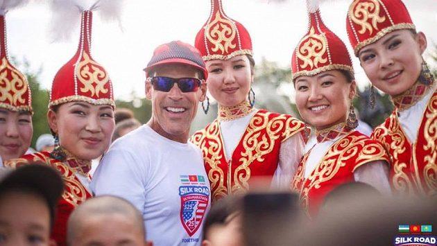 Ostříleného ultramaratónce Deana Karnazese si kazašská děvčata oblíbila.