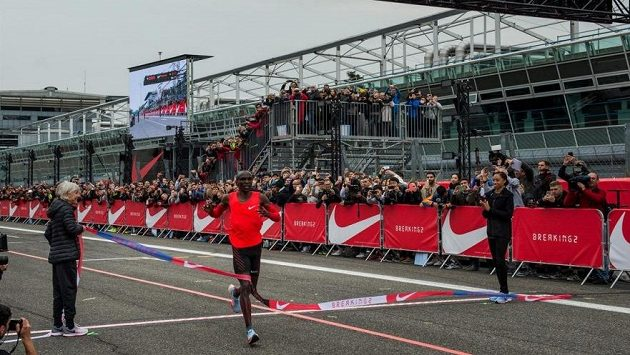 Při prvním pokusu Breaking2 na autodromu v Monze chybělo Eliudu Kipchogemu k bájné hranici dvou hodin 25 sekund.