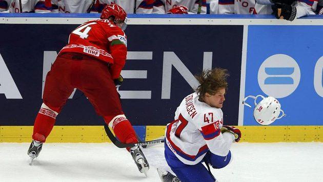 Norský hokejista Alexander Bonsaksen ztratil helmu po souboji s Bělorusem Sergejem Kosticinem.