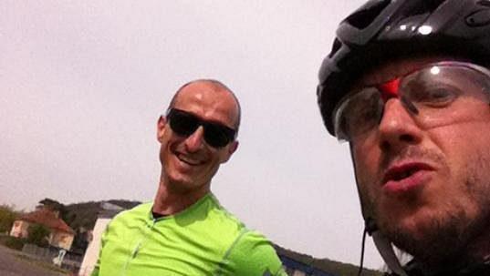 Ideální doprovod běžce - šéf z práce na kole se stavil na kus řeči. Tady bylo ještě veselo.