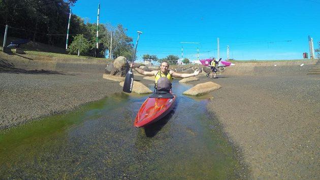 Kanoista Martin Říha s úsměvem krčí rameny nad stavem vody na kanále ve Foz do Iguacu.