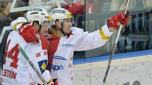 Michal Poletin ze Slavie a střelec David Skokan se radují z gólu proti Kometě Brno.