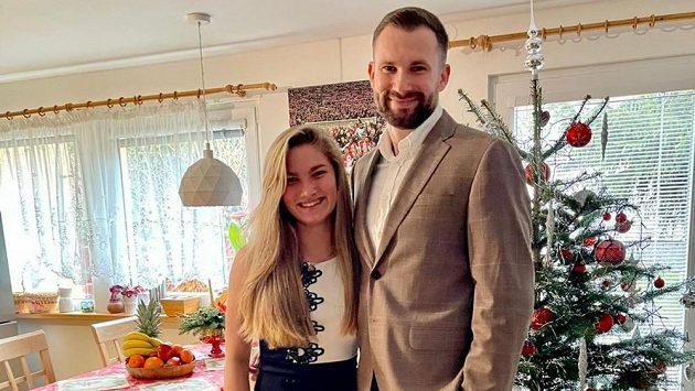 Volejbalistka Lucie Kolářová s bratrem Ondřejem, brankářem fotbalistů pražské Slavie o Vánocích.