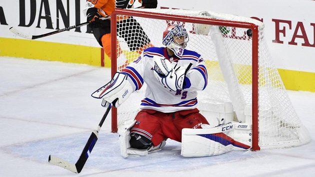 Gólman Ondřej Pavelec v brance Rangers inkasuje v přípravném duelu s Philadelphií.