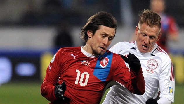 Tomáš Rosický bojuje o míč s Nikolaiem Stokholmem z Dánska.