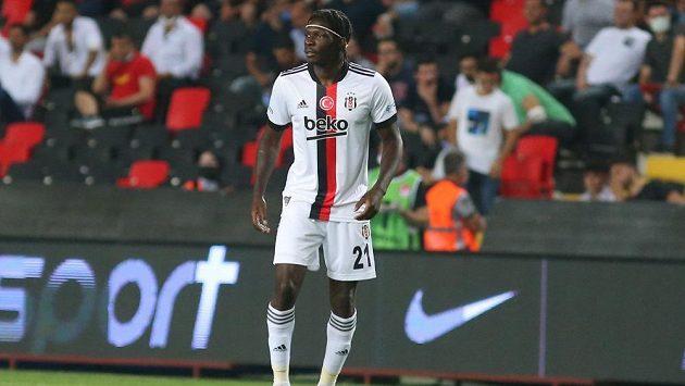 Obránce tureckého Besiktase Fabrice Nsakala se zhroutil během ligového utkání.