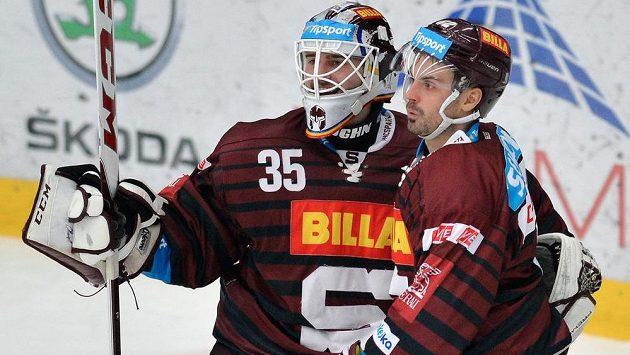 Brankář Sparty Filip Novotný a útočník Michal Řepík se radují ze čtvrtého gólu proti Mladé Boleslavi.
