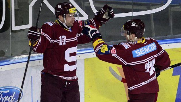 Jaroslav Hlinka ze Sparty (vlevo) se raduje se spoluhráčem Martinem Réwayem ze svého gólu proti Litvínovu.