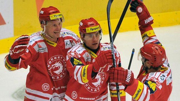 (Zleva) Martin Adamský, Jiří Polanský a Zbyněk Irgl (všichni z Třince) se radují z gólu proti Pardubicím.