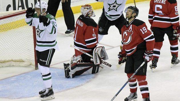 Český útočník Dallasu Stars Aleš Hemský (83) slaví gól na ledě New Jersey v utkání NHL. Hvězdy nakonec vyhrály zápas v prodloužení 2:1.