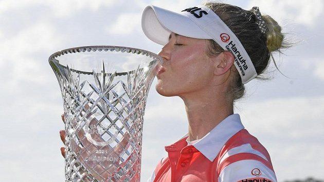 Nelly Kordová s trofejí pro vítězku turnaje v Orlandu.