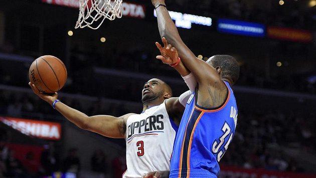 Chris Paul z Los Angeles Clippers (vlevo) střílí přes obranu Kevina Duranta z Oklahomy.