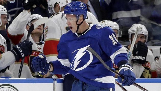 Útočník Tampy Bay Lightning Ondřej Palát pumpuje rukou poté, co vstřelil v NHL gól do sítě Floridy.