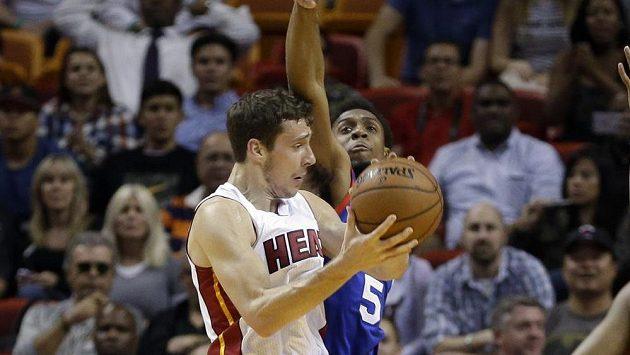Basketbalista Miami Heat Goran Dragič v utkání s Philadelphií.