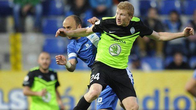 Liberecký stoper Miloš Karišik (vlevo) v souboji s mladoboleslavským záložníkem Janem Šislerem.