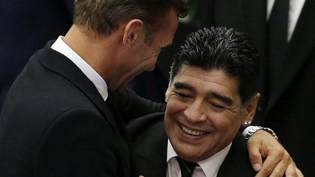 Diego Maradona (vpravo) v objetí s dalším bývalým skvělým fotbalistou Andrejem Ševčenkem.