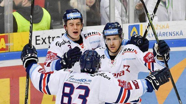 Lukáš Kucsera z Vítkovic (vpravo) se na ledě Sparty raduje z gólu se spoluhráči Danielem Krenželokem (vlevo) a Šimonem Stránským (zády).