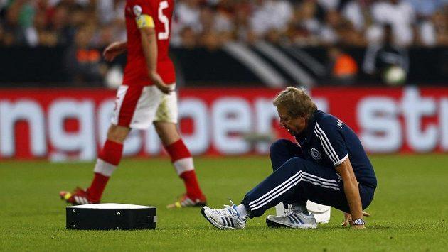 Lékař německé fotbalové reprezentace Eder svůj pád těžce odnesl.