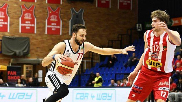 Basketbalisté Vojtěch Hruban z Nymburka v akci.