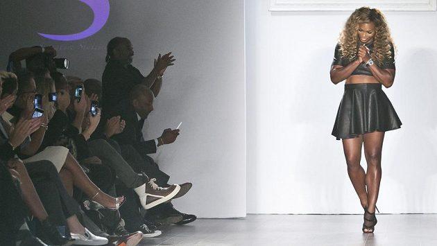 Americká tenistka Serena Williamsová vystupuje na módní přehlídce.