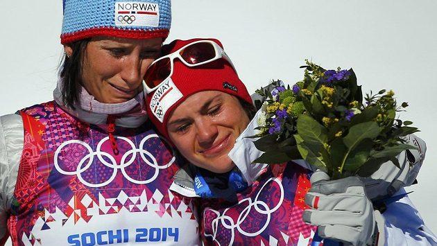 Norky Björgenová a Wengová plakají nad osobní ztrátou své kolegyně při slavnostním ceremoniálu olympijského skiatlonu.