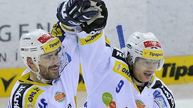 Hokejisté Komety Brno Jiří Vašíček (vlevo) a Roman Erat se radují z branky.