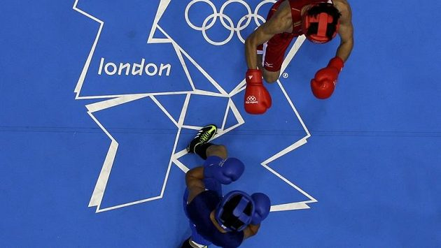 Suzuki Jasuhiro v červeném proti Mehdi Chalsiovi v modrém při boxerském zápase ve welterové váze do 69 kg - ilustrační foto.