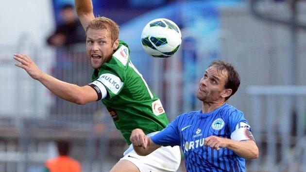 Karel Piták z Jablonce (vlevo) bojuje o míč s Tomášem Janů z Liberce.